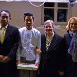 L'ambasciatore durante la cerimonia di conferimento del diploma ALMA a Yeko Naing