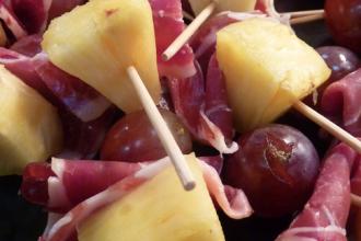 logo-pequeno-brocheta-pina-uva-jamon