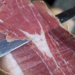 cortando el jamon