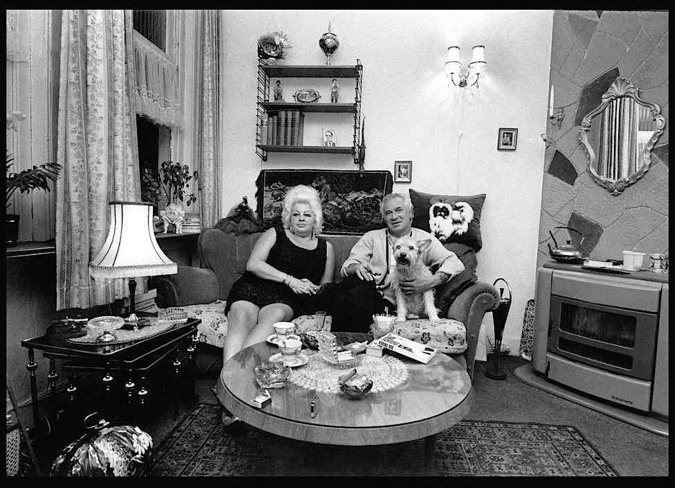 Parijse Leen & Haring Arie in their cozy house in 1968. Photo by: Elliott Erwitt
