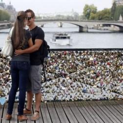 """La lucha de París para acabar con los """"candados de amor"""", que las parejas cuelgan para expresar su idilio en los puentes que atraviesan el Sena, se ha reforzado con una nueva campaña que insiste tanto en la seguridad como en el respeto al patrimonio."""