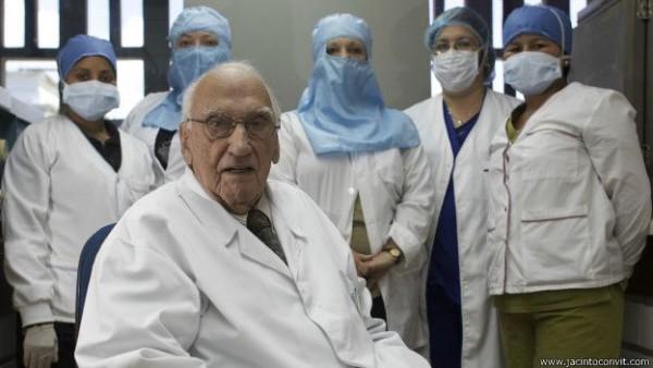 Dr. Jacinto Convit y su equipo de investigación