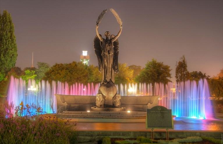 El monumento mira dirección al sur hacia los Estados Unidos y al río Niágara por una razón: está dedicado a más de un siglo de relaciones pacíficas entre Canadá y los Estados Unidos