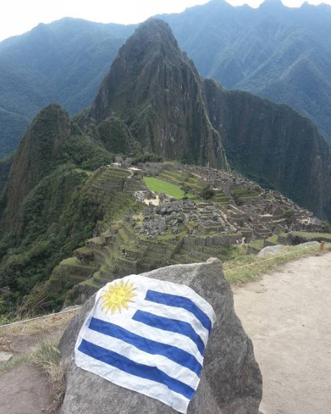 Llevando la bandera del Uruguay hasta Machu Picchu, en Perú