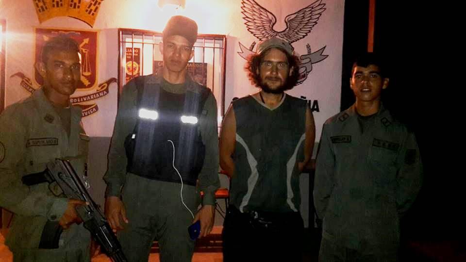 Así es Venezuela, todos se prestan para la foto. Todos te cuidan y cuando te cuidan se lo toman muy enserio. Muchas gracias soldados bolivarianos!!!