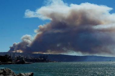 Declaran alerta roja y evacúan viviendas por incendio forestal en Valparaíso / EFE