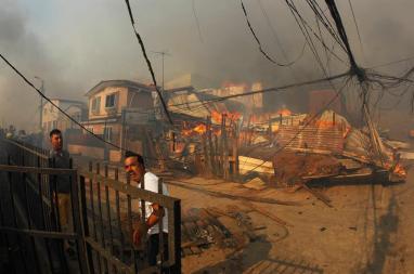 Vecinos ayudan a combatir un incendio forestal en el sector de Playa Ancha en la ciudad de Valparaíso (Chile) / EFE