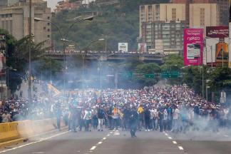 Manifestantes opositores en la autopista Francisco Fajardo / Foto: EFE