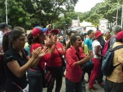 Oficialistas gritan consignas contra FGR y trabajadores del Ministerio Público en sede de Parque Carabobo / Foto: Mariana Souquett