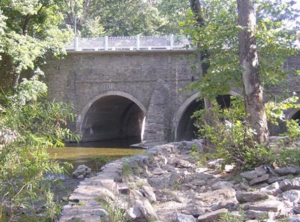 El puente de piedra en la avenida Frankford en Holmesburg, Filadelfia, Pensilvania.  Erigido en 1697 en la sección Holmesburg del noreste de Filadelfia, en el estado norteamericano de Pennsylvania, es el puente más antiguo camino sobreviviente en los Estados Unidos.