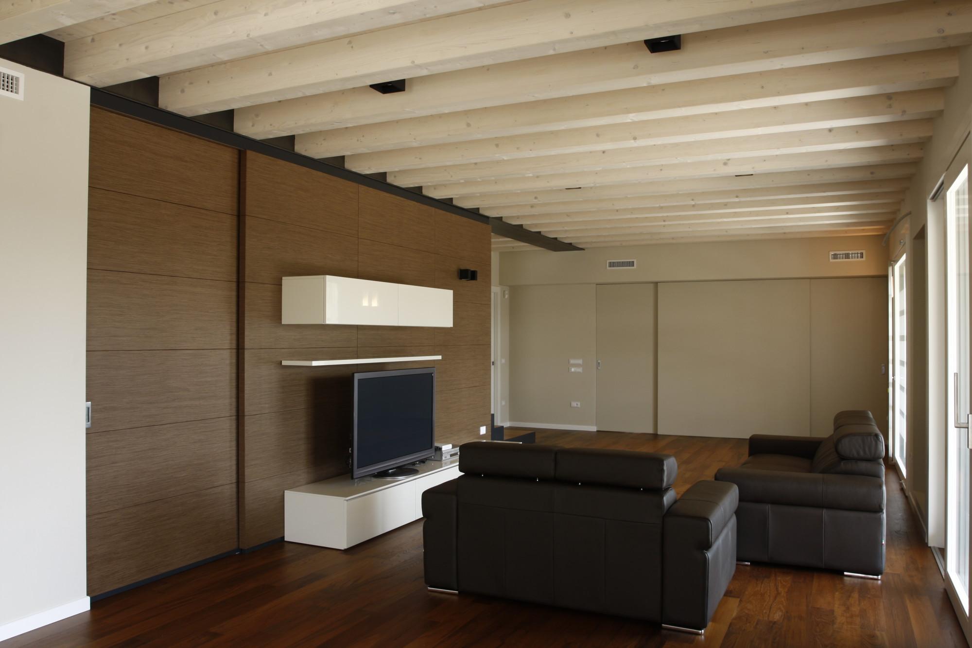 Luci per tetto in legno in cucina con un soffitto in legno come