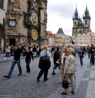 Толпы туристов около часов Орлой на Староместской площади.