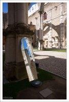 Зеркала у подножия колонн в Монастыре Карму, для лучшего разглядывания деталей.