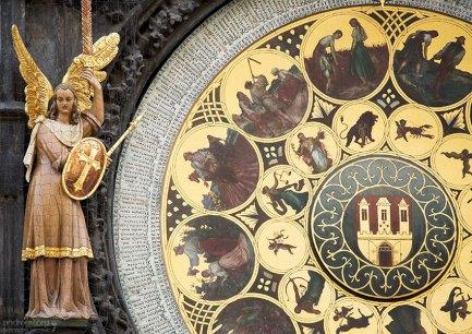 Второй циферблат является месячным календарем, позволяющим определить день и месяц года. Часы Орлой.