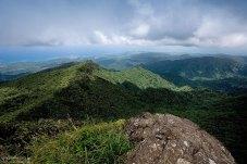 Кусочек Атлантического океана, видимый с тропы El Yunque Peak trail.