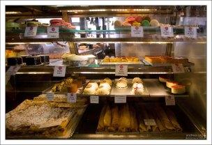 Десертная секция рынка San Miguel.