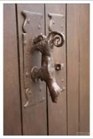 Дверная ручка-стучалка в виде фигурки собаки.
