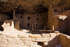 Стены зданий анасази делали из местного серо-желтого песчаника, из которого вырезали блоки размером с современный кирпич.