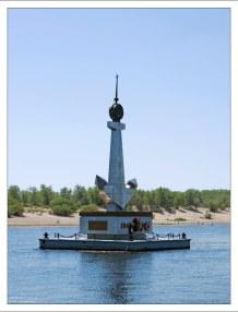 Плавучий памятник погибшим речникам на Волге.