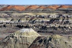 Глинистые холмы, состоящие из тонких пластов угля, сланцев и отвердевшего ила.