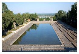 Прямоугольный бассейн в гранитных берегах, символизирующий Волгу на Площади Героев.