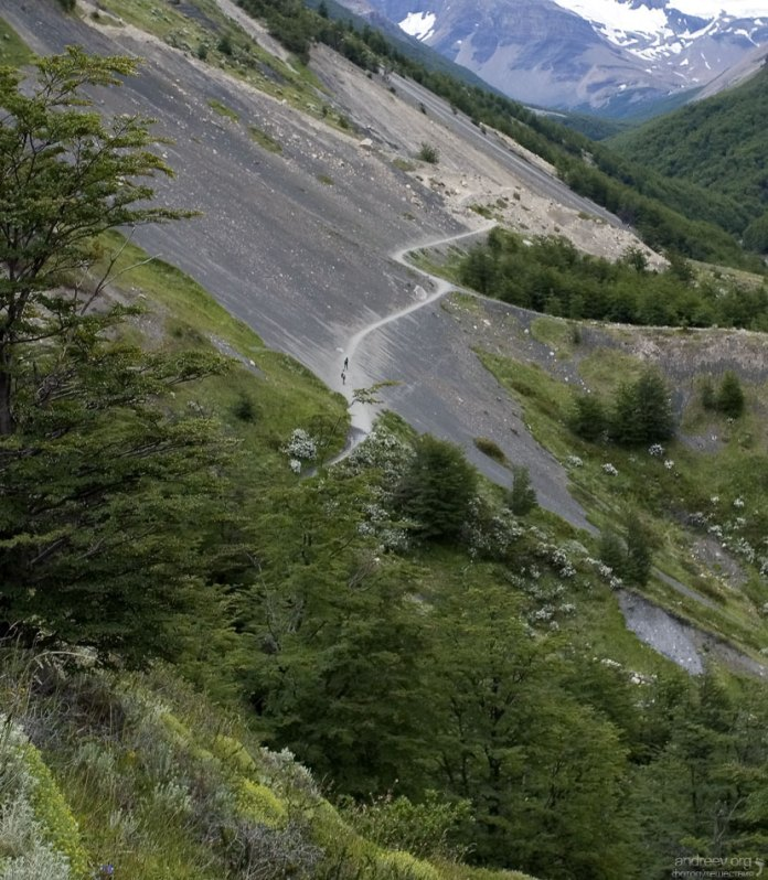 Извилистая горная тропа к трем башням. Национальный парк Torres del Paine.