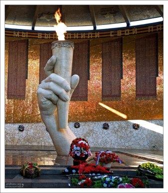 5-метровая рука из белого мрамора в центре Зала Воинской Славы.