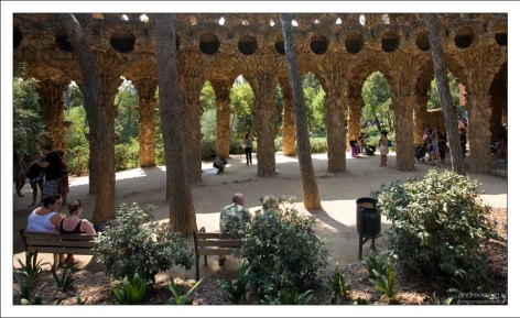 Галерея из колонн причудливых форм в парке Гуэля.