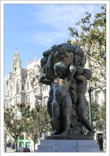 """Статуя """"Meninos - A Abundância"""" (""""Мальчики - Изобилие"""") скульптора Henrique Moreira. Площадь Praca de Liberdade."""