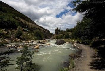 Тропа проходит совсем рядом с рекой Ascencio.