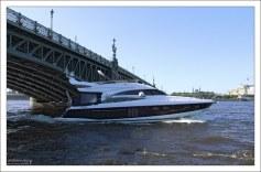 Современный катер под Дворцовым мостом.