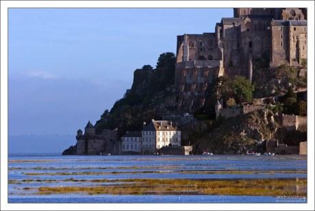 Бухта вокруг скалы Mont St. Michel.