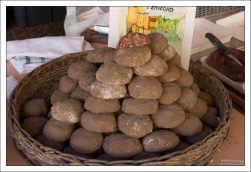 Внутри - колбаса, снаружи - пепел. Фермерский рынок в Le Bugue.