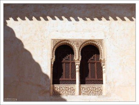 Дворец Насридов: резное оконце с решеткой во дворе Золотой комнаты (Patio del Cuarto Dorado).