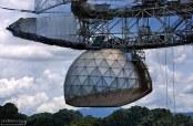 """Сферический рефлектор курсирует над тарелкой, высотой с 6-этажный дом, помогает ей точнее наводиться. Аресибо может """"увидеть"""" все планеты солнечной системы."""