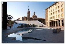 Фонтан Fuente de la Hispanidad на площади Пилар, который изображает карту Латинской Америки. Сарагоса, Испания.