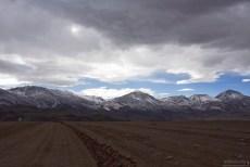 Седые горы и дорога в виде стиральной доски.