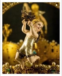 Торс ангела сделан из огромной настоящей жемчужины. Севильский собор.