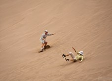 Sand-boarding: новички осваивают спуск по дюне на досках. Марсовая долина.
