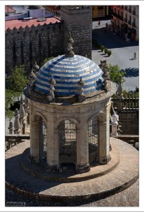 Стена библиотеки, основанной сыном Колумба - Эрнандо. Севильский собор.