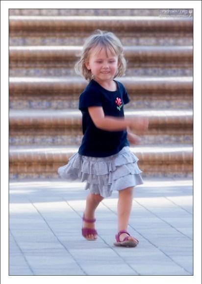 Саша бегает по Площади Испании.