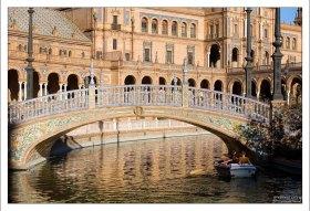 Один из четырех мостов через канал на Площади Испании.