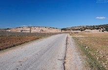 Старая дорога через холмы Среднего Атласа.