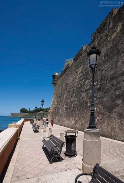 La Muralla - городская защитная стена, загнутая внутрь. Сан-Хуан.