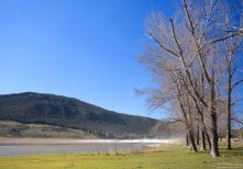 Зажатое между холмов озеро Dayet Aoua.