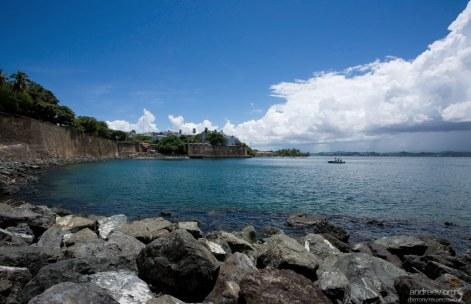 Изгиб залива Сан-Хуан, и городская стена, повторяющая контур острова.