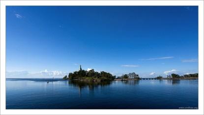 Хpам Свято-Никольского скита находится на маленьком одноименном острове и издалека виден с Ладоги.