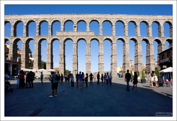 Самая внушительная часть древнеримского акведука на площади Plaza Azoguejo. Сеговия, Испания.