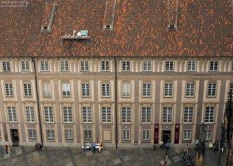 Черепичная крыша здания в третьем дворе Града.