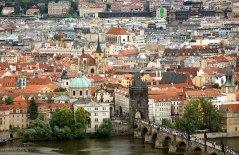 Карлов мост с толпами туристов. Красные крыши постепенно сдают позиции серым и белым.